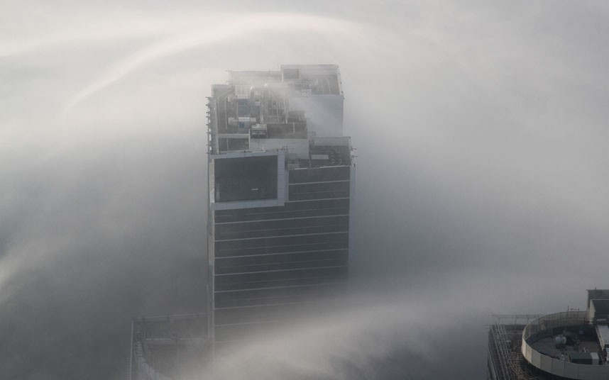 cloud streak 2183480k Дубай, окутанный туманом