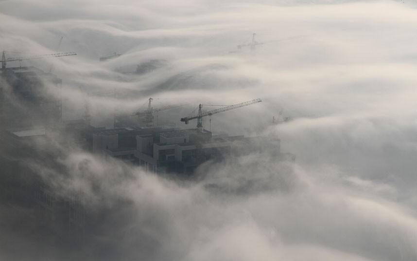 cranes 2183477k Дубай, окутанный туманом