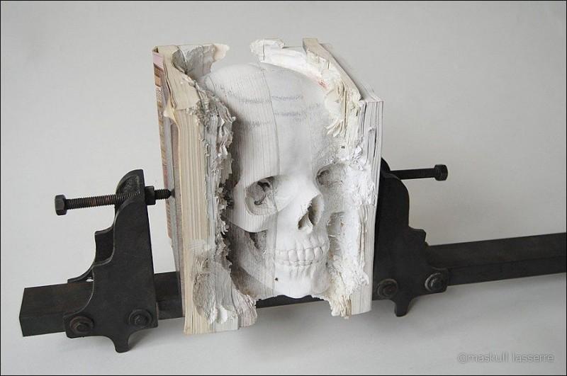 sculpture made out of books 10 800x531 Бумажный череп от канадского дизайнера MASKULL LASSERRE