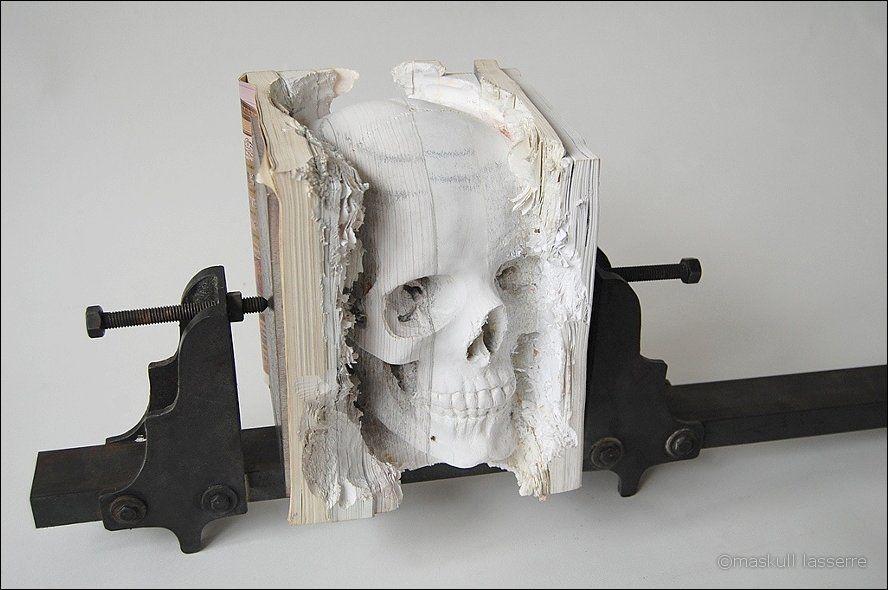 sculpture made out of books 10 Бумажный череп от ...: surfingbird.ru/surf/CDx703B7