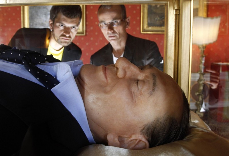 00007939 big 800x546 Инсталляция Итальянская мечта   Берлускони в стеклянном гробу