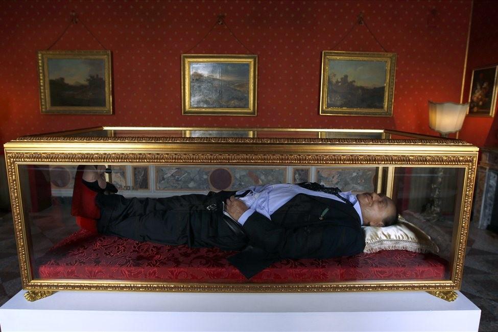 Инсталляция Итальянская мечта   Берлускони в стеклянном гробу