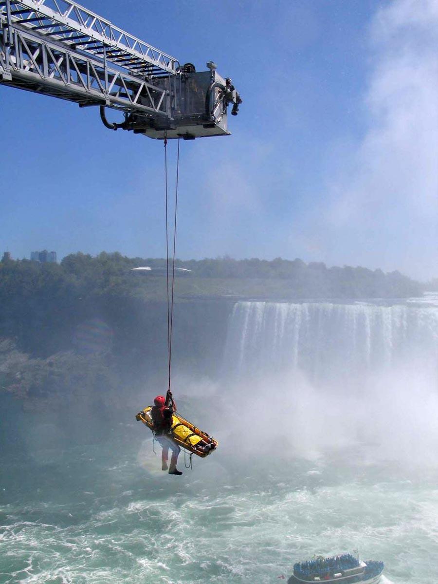 10068 Мужчина чудом выжил после прыжка в Ниагарский водопад