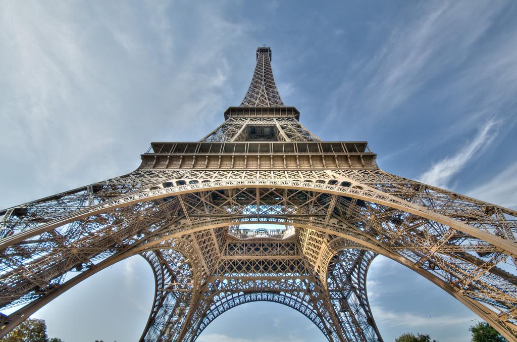 10130 Эйфелева башня: Взгляд снизу