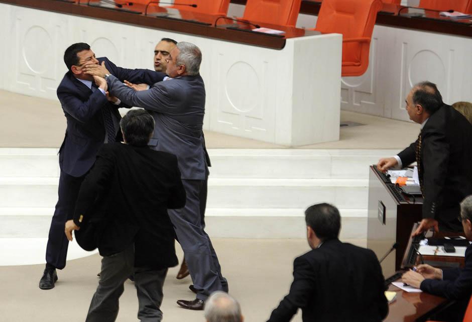 1067 Кулачные бои в парламентах
