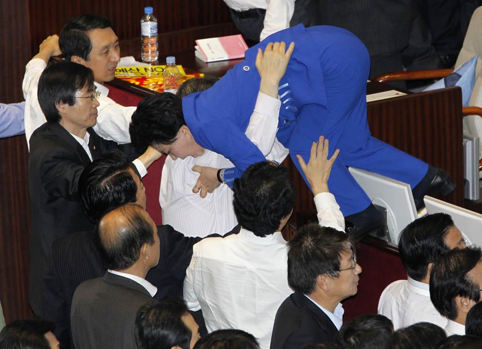 1104 Кулачные бои в парламентах