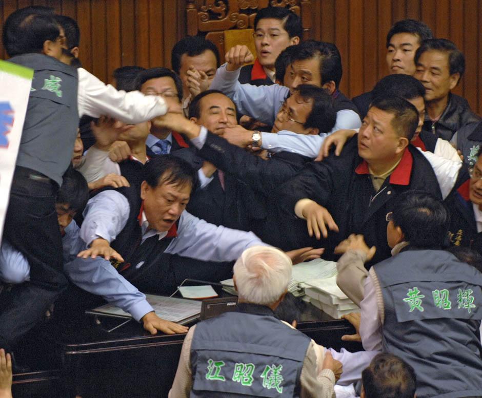 1262 Кулачные бои в парламентах