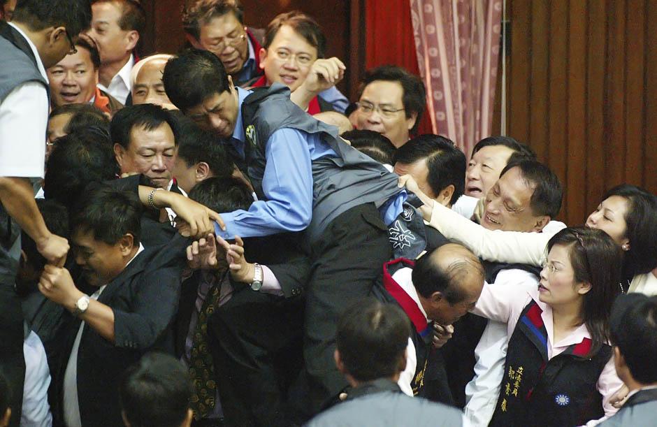 1355 Кулачные бои в парламентах