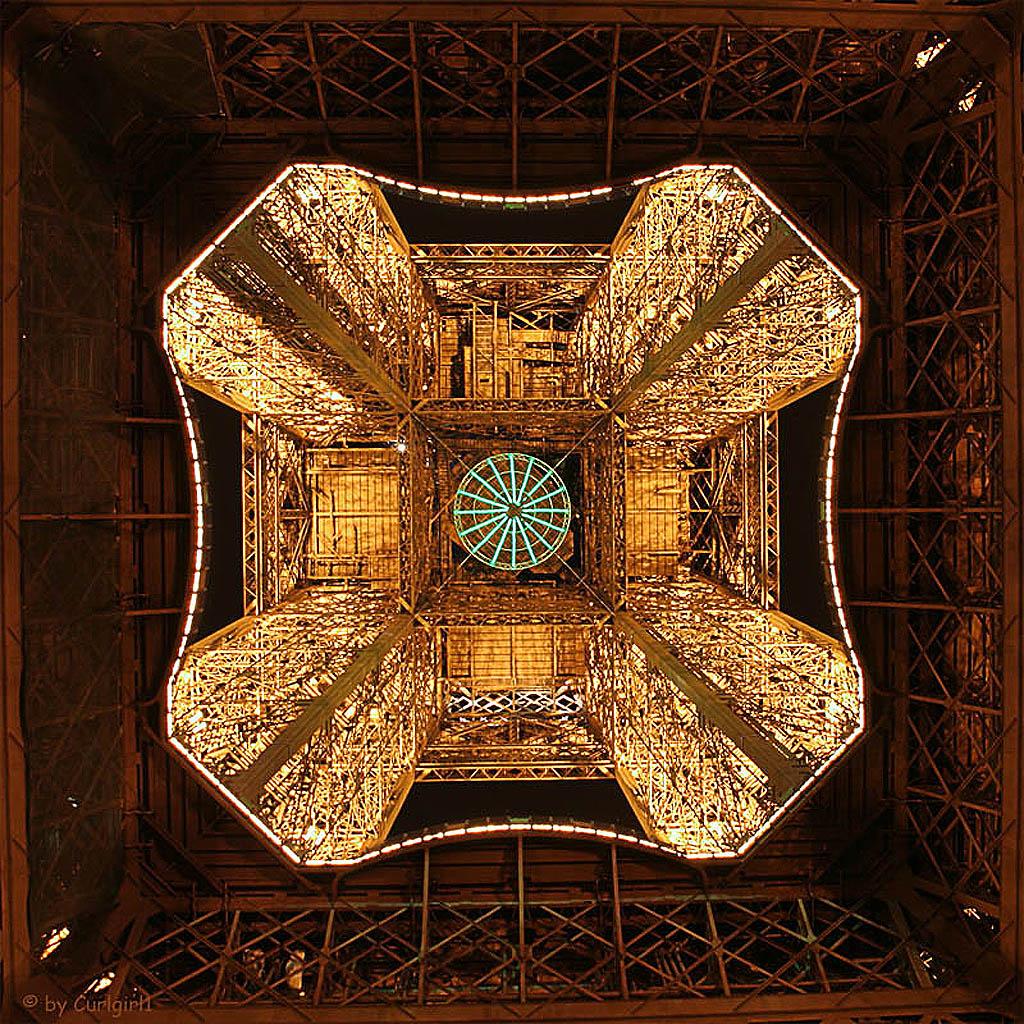15101 Эйфелева башня: Взгляд снизу
