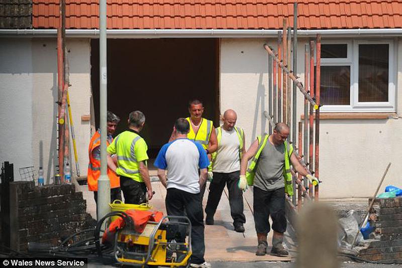 2359 400 килограммовую британку пришлось вытаскивать через разлом в стене