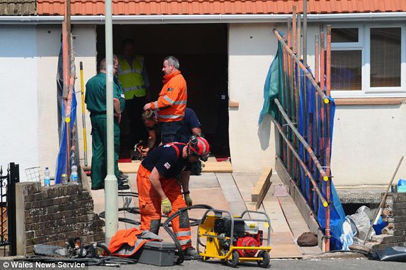 3242 400 килограммовую британку пришлось вытаскивать через разлом в стене