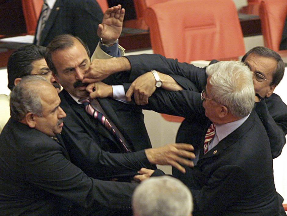 498 Кулачные бои в парламентах