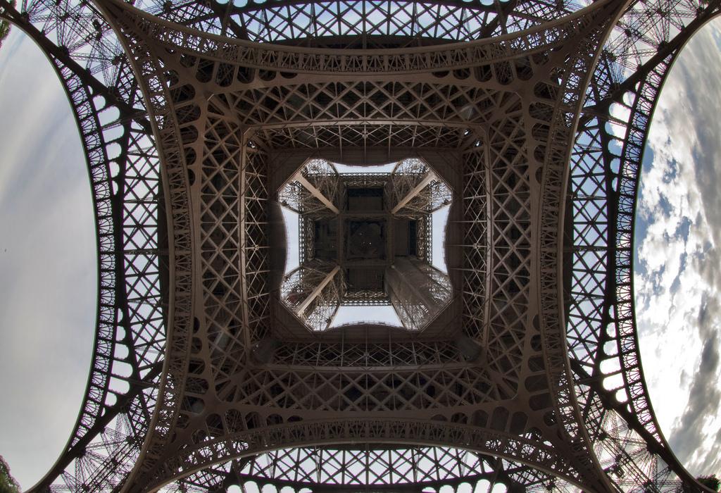 8132 Эйфелева башня: Взгляд снизу