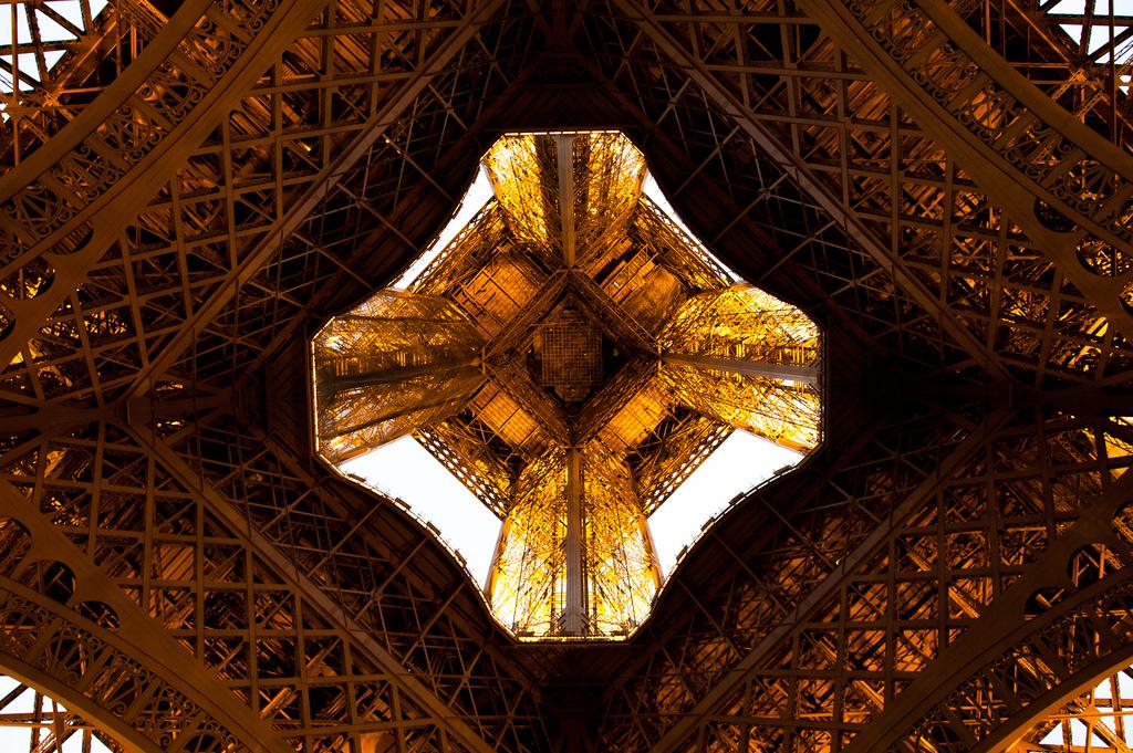 9126 Эйфелева башня: Взгляд снизу