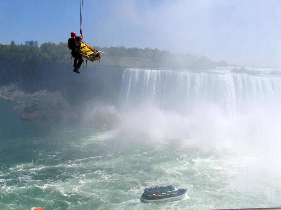 O0lZ4Ffo61tf nx U6wGlQs900 Мужчина чудом выжил после прыжка в Ниагарский водопад