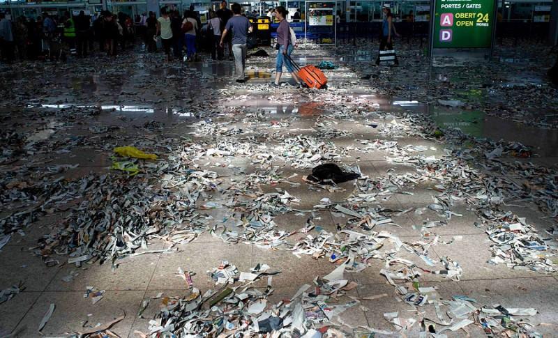 Аэропорт Барселоны превратился в свалку