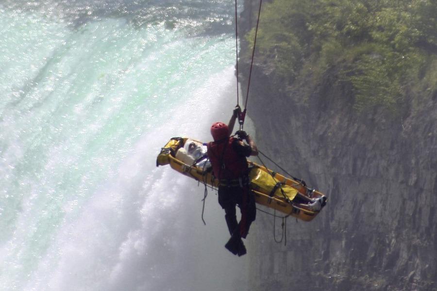 muskarac skocio niz 54 metra dug niagarin slap i prezivio 900x600 20120521 20120522071004 9f32363aa60f23ce1acb3522c2a8cc09 Мужчина чудом выжил после прыжка в Ниагарский водопад