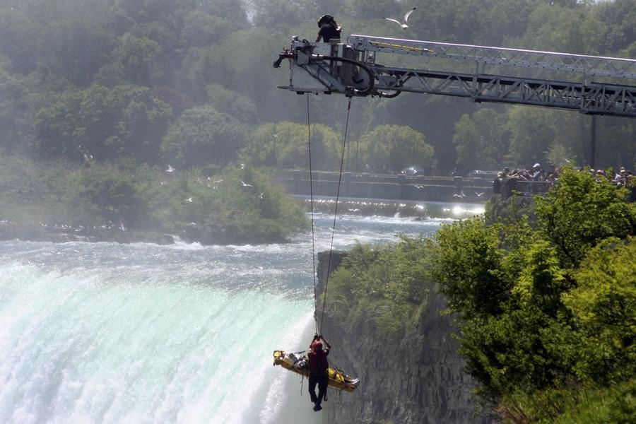 muskarac skocio niz 54 metra dug niagarin slap i prezivio 900x600 20120521 20120522071015 6fc397bcb065e83060256c5802c5f701 Мужчина чудом выжил после прыжка в Ниагарский водопад