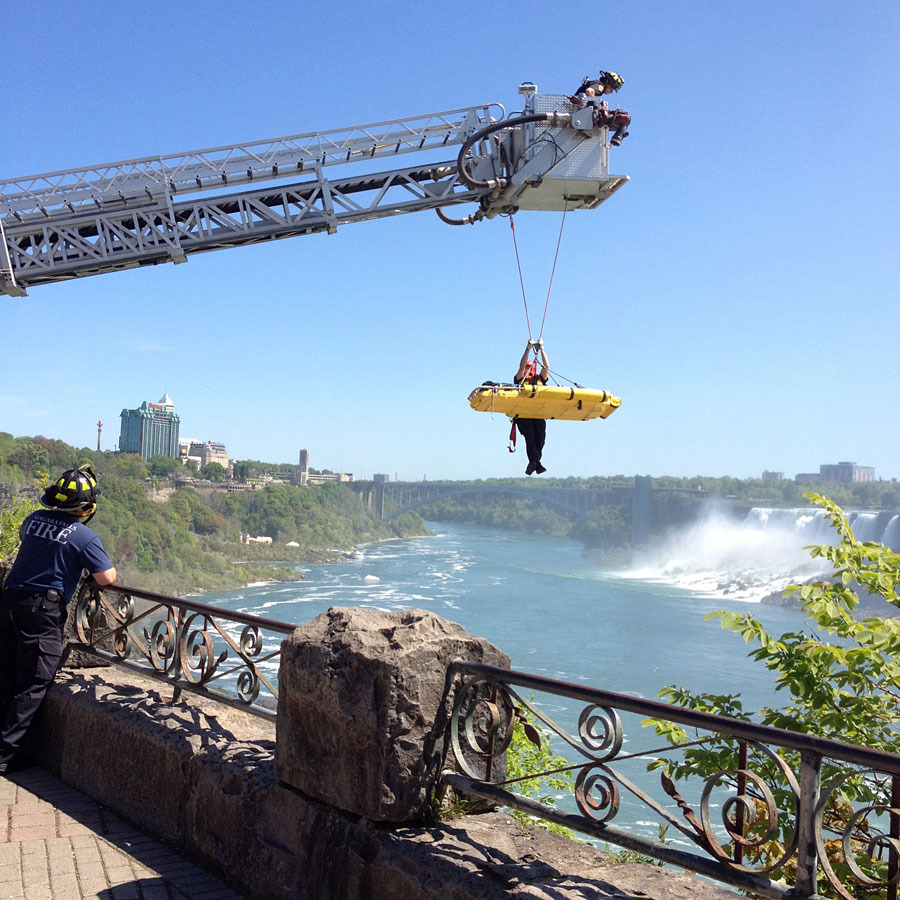 pgNW5XDk0BteEVRGdRKByQs900 Мужчина чудом выжил после прыжка в Ниагарский водопад
