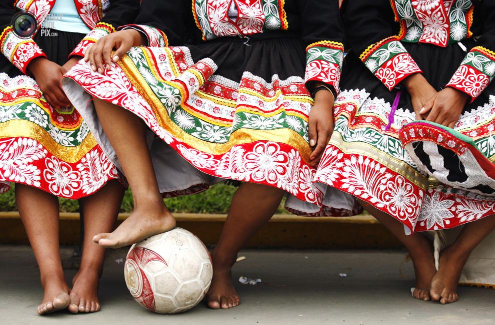 Футбол - это игра, в которую играют ногами, а не кулаками!