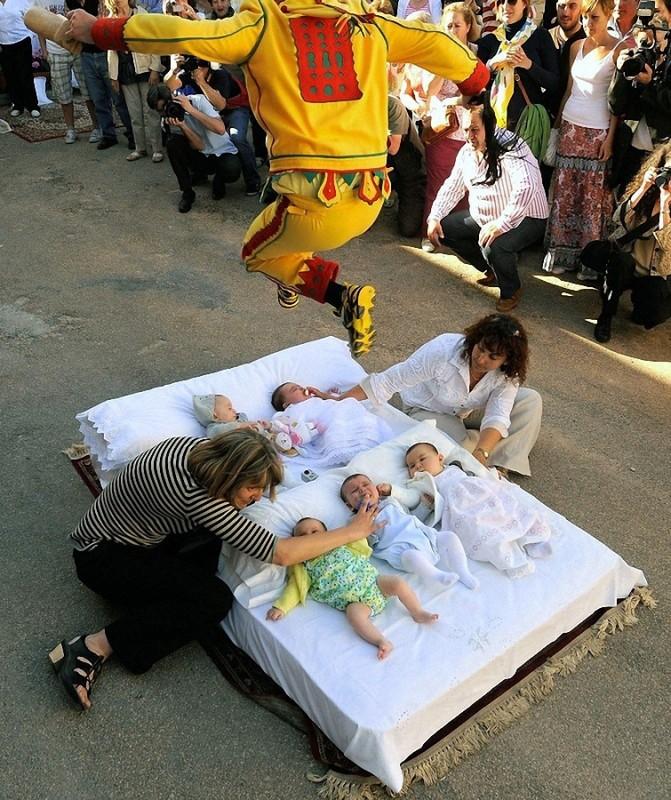0013 671x800 Фестиваль Эль Колачо   прыжки через младенцев