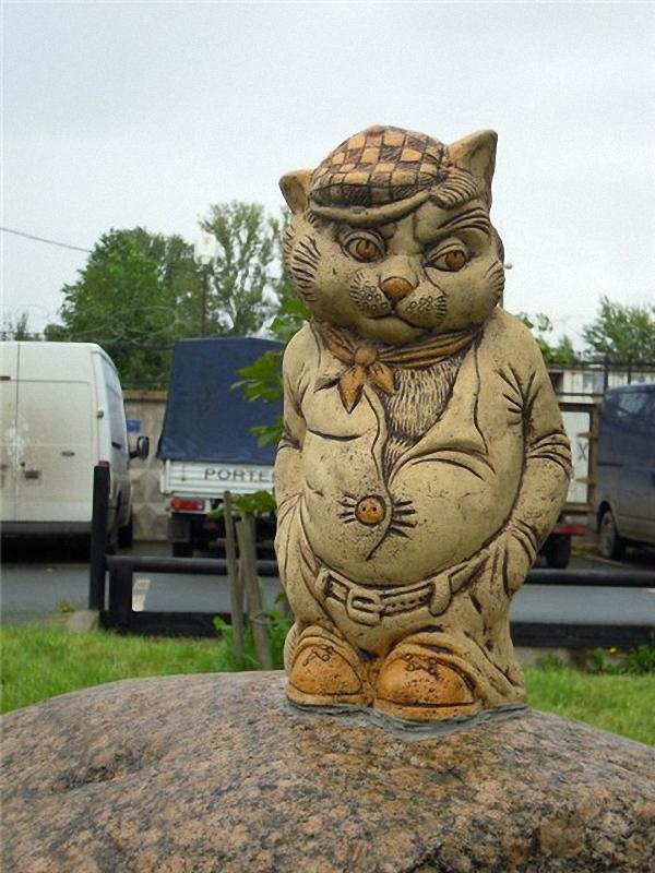 0019 Скульптуры и памятники кошкам