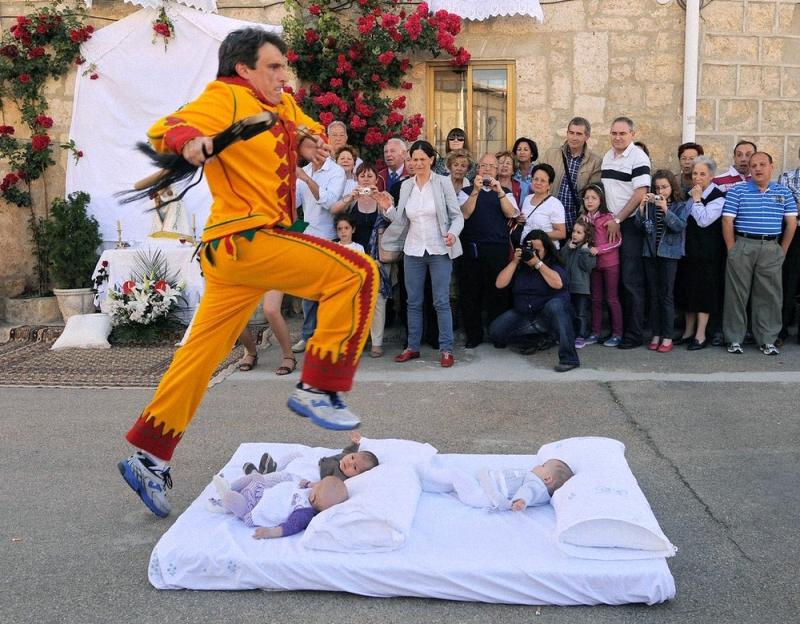 002 копия Фестиваль Эль Колачо   прыжки через младенцев