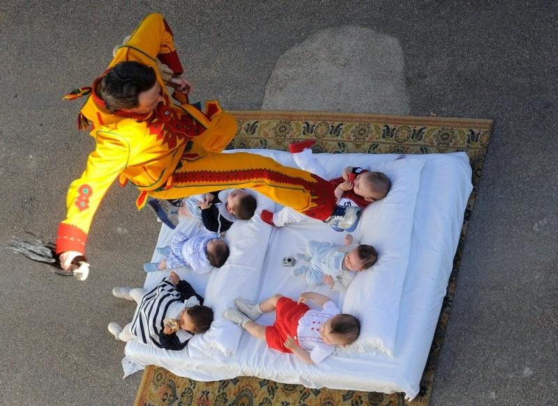 0042 800x583 Фестиваль Эль Колачо   прыжки через младенцев