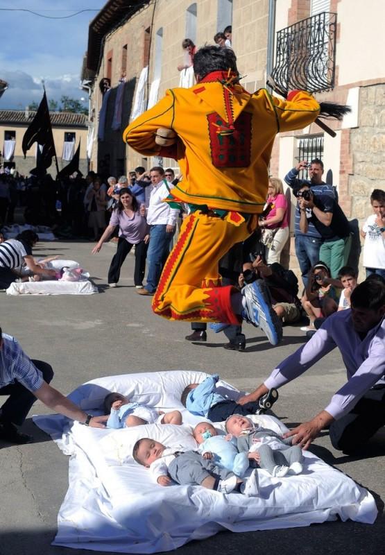 005 555x800 Фестиваль Эль Колачо   прыжки через младенцев