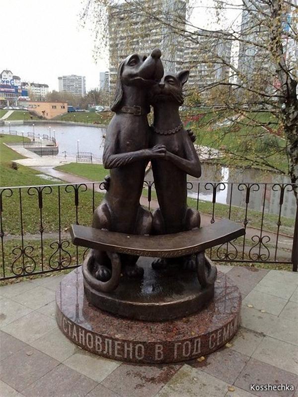 0134 Скульптуры и памятники кошкам