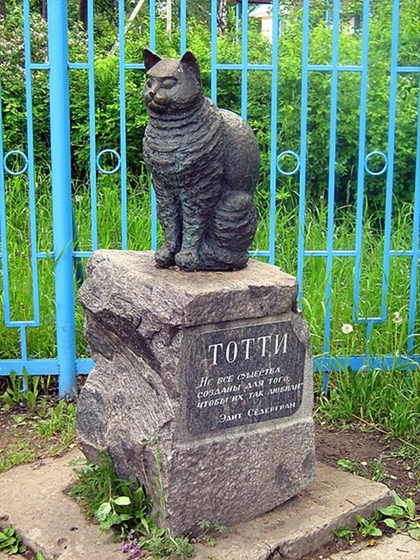 0194 Скульптуры и памятники кошкам