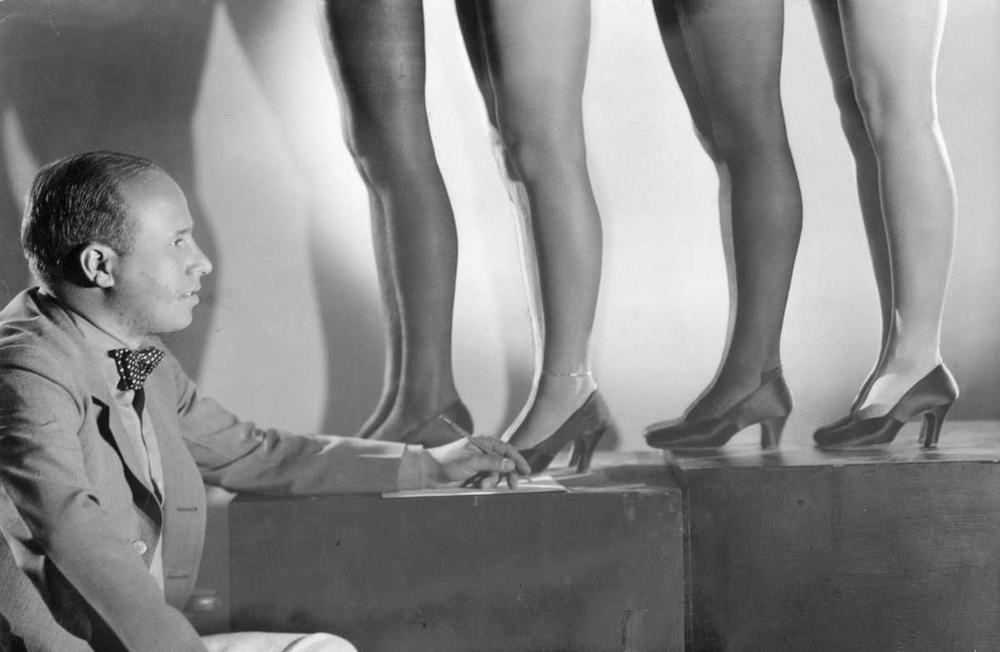 1019 Женские ноги на ретро фотографиях