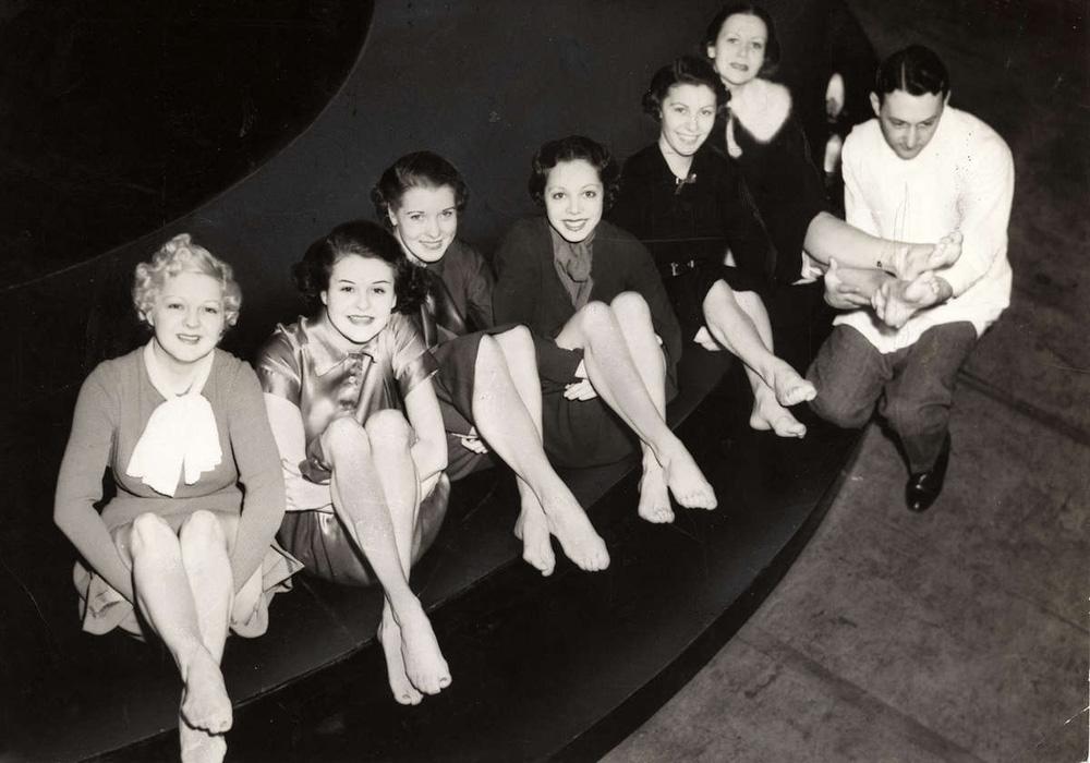 1123 Женские ноги на ретро фотографиях