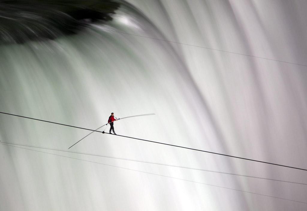 1295 Американец перешел по канату через Ниагарский водопад
