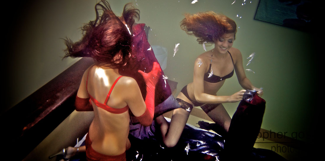 Подводная битва подушками