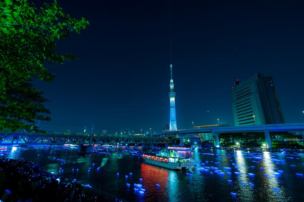 2163 100 000 голубых шаров на реке в Токио