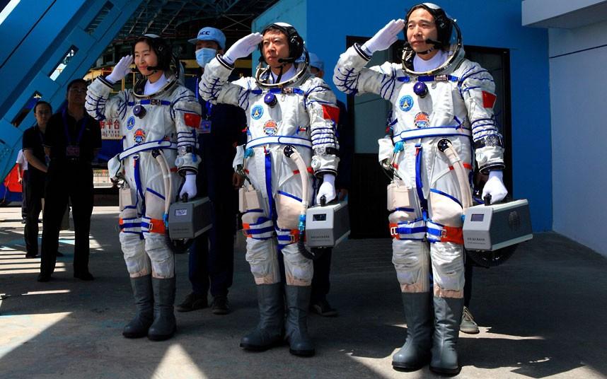 2204 Первая китайская женщина астронавт