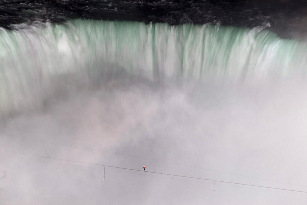 2207 Американец перешел по канату через Ниагарский водопад