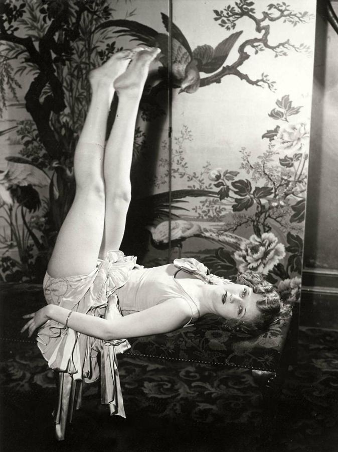 240 Женские ноги на ретро фотографиях