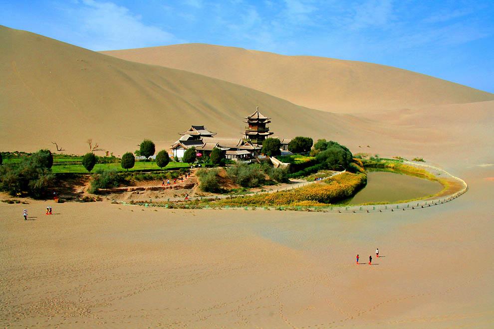 Озеро полумесяц — китайский оазис в пустыне