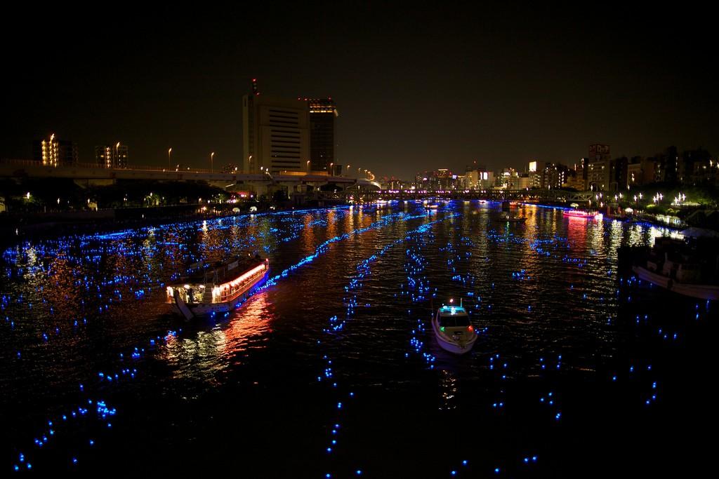 3132 100 000 голубых шаров на реке в Токио