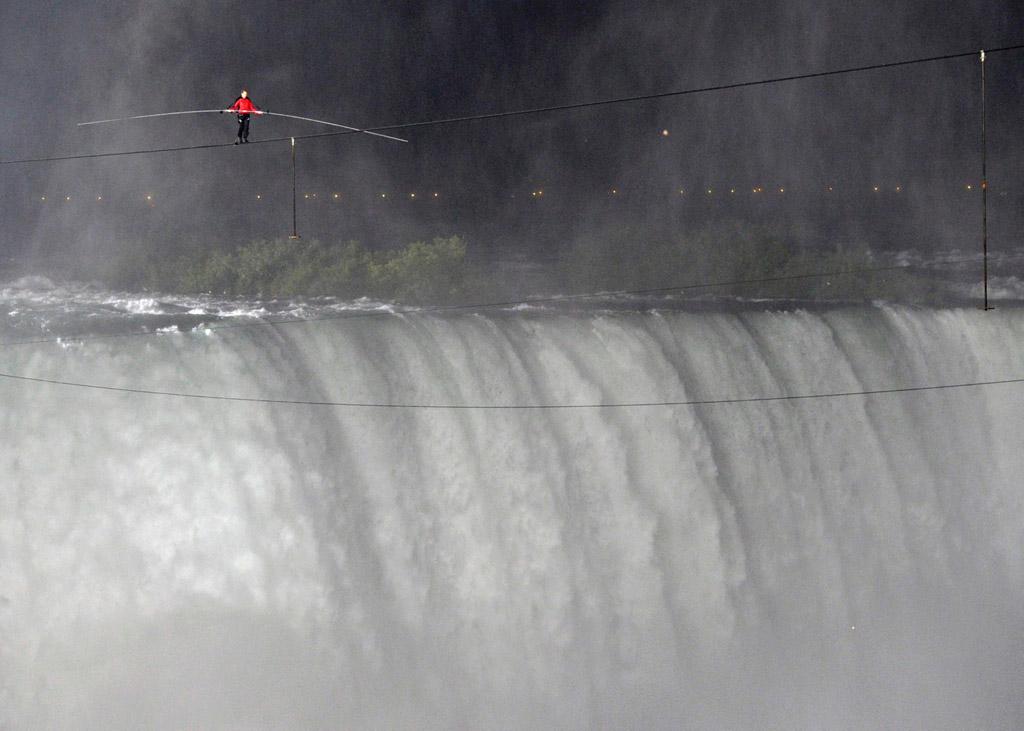 4134 Американец перешел по канату через Ниагарский водопад
