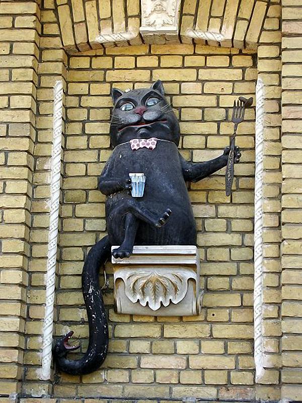 450px Behemot Скульптуры и памятники кошкам