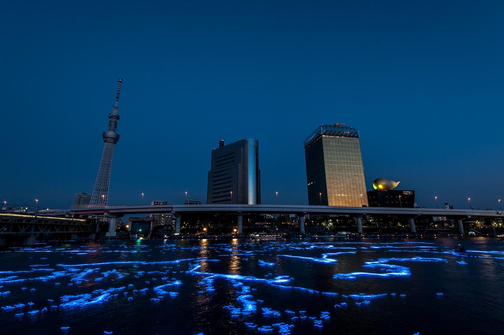 486 100 000 голубых шаров на реке в Токио