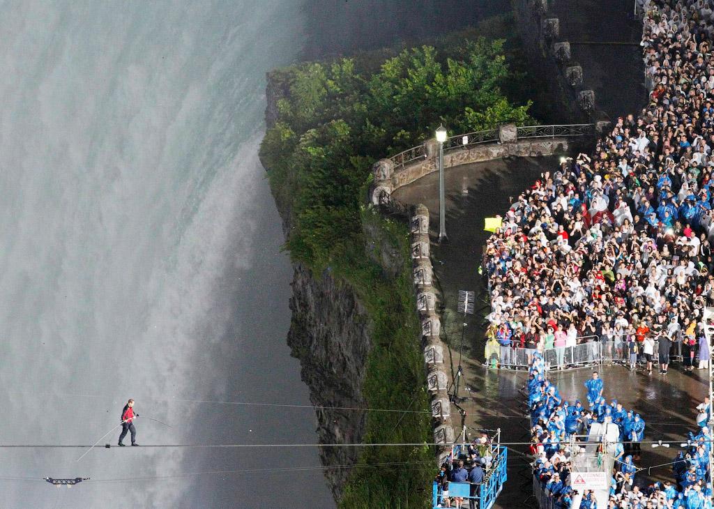 5121 Американец перешел по канату через Ниагарский водопад
