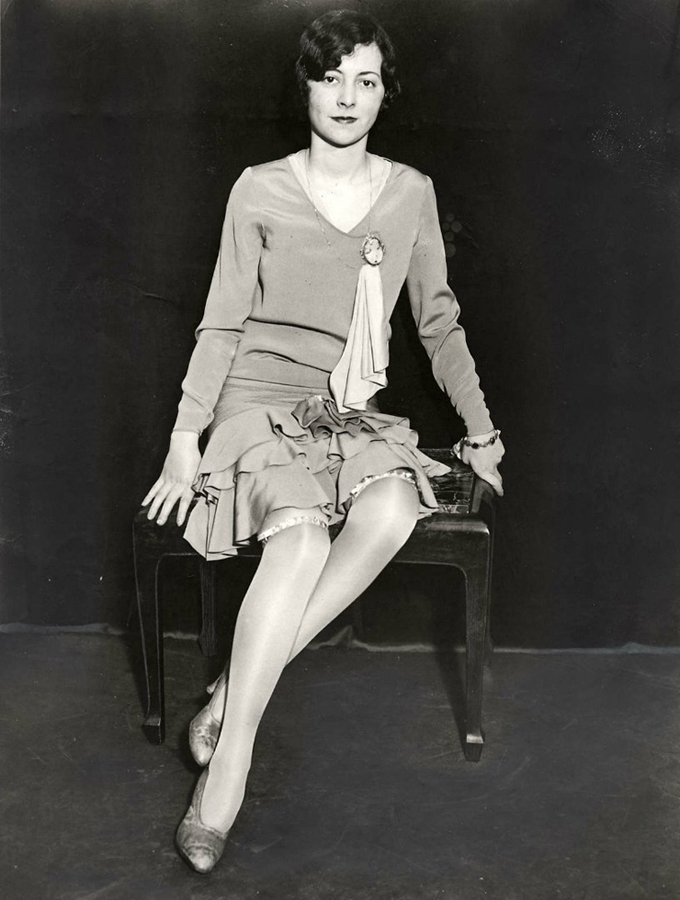 527 Женские ноги на ретро фотографиях