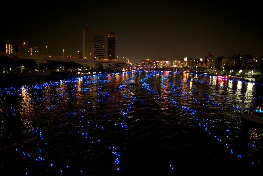 577 100 000 голубых шаров на реке в Токио