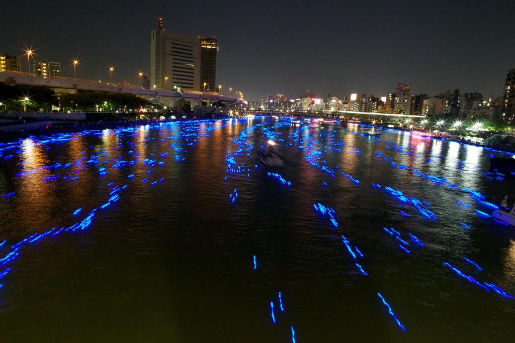667 100 000 голубых шаров на реке в Токио