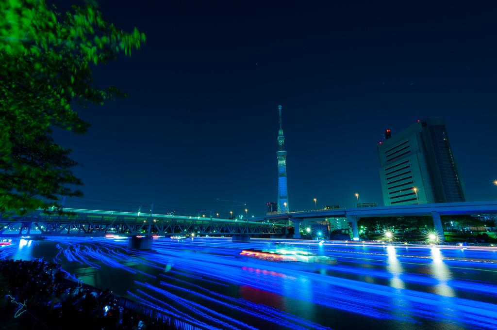 760 100 000 голубых шаров на реке в Токио