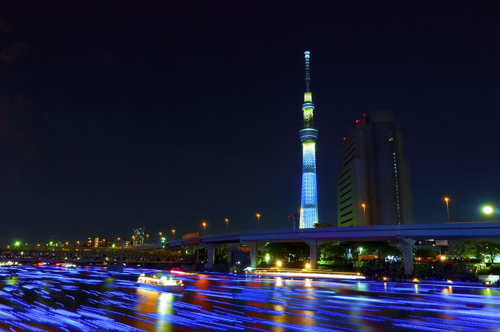 858 100 000 голубых шаров на реке в Токио